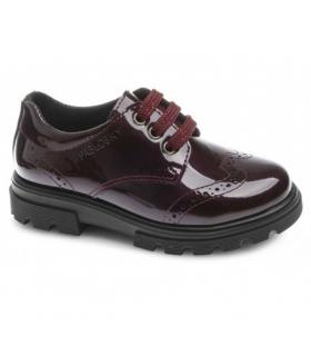 Zapato charol burdeos con picados